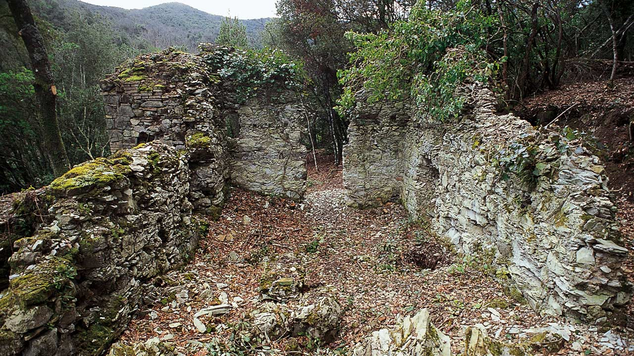Riserva di Monterufoli: resti di attività minerarie presso il torrente Linari